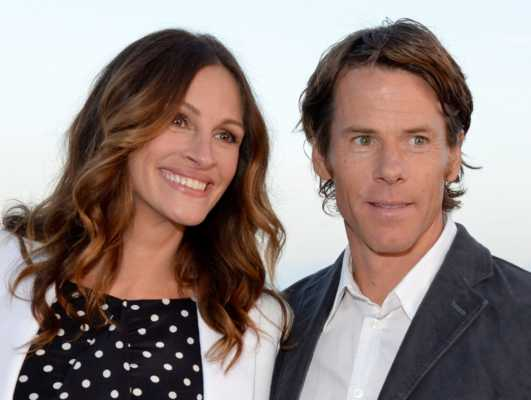 Julia Roberts and Danny Moder celebrities who married their fans-min