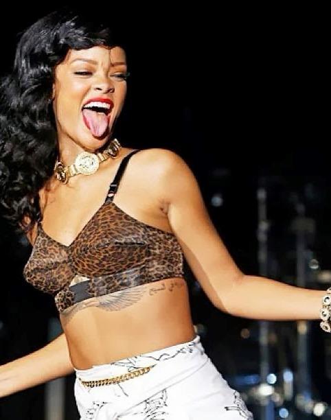 41 Rihanna Hot Half-Nude Photos (13)