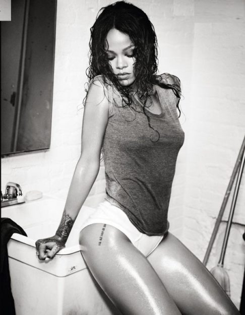 41 Rihanna Hot Half-Nude Photos (21)
