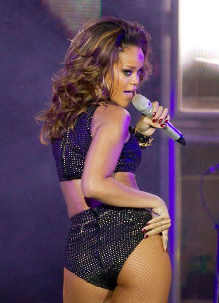 41 Rihanna Hot Half-Nude Photos (28)