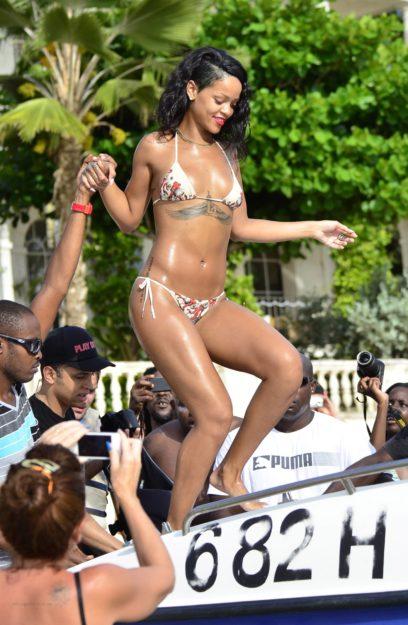41 Rihanna Hot Half-Nude Photos (40)